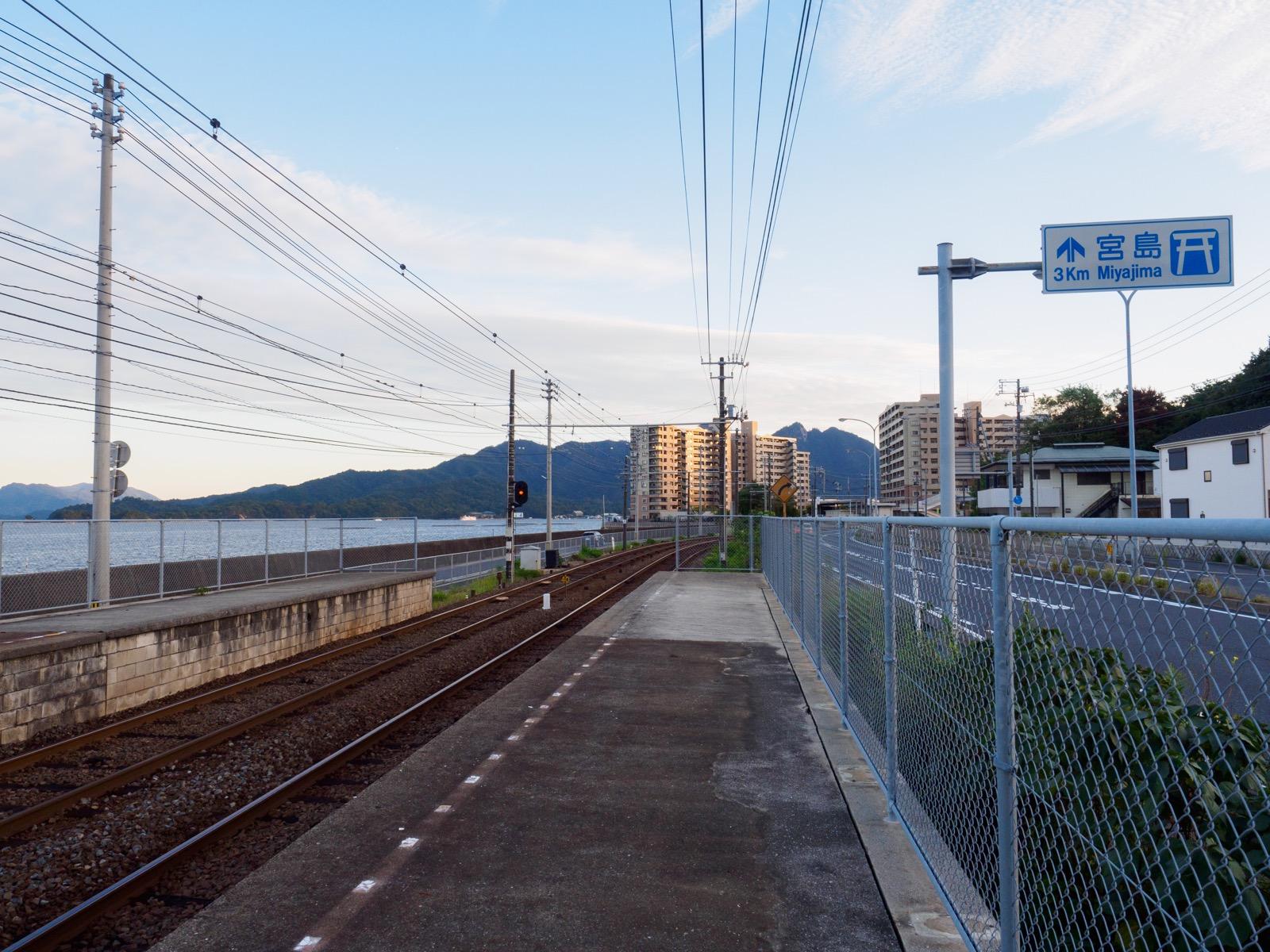 阿品東駅のホームと宮島(厳島)