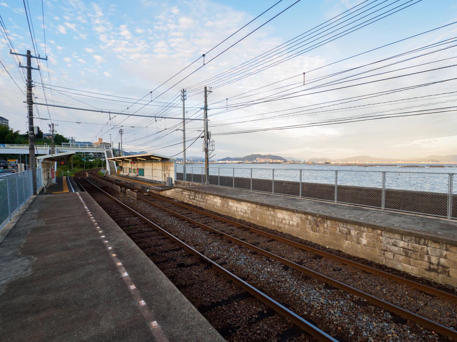 阿品東駅のホームと瀬戸内海