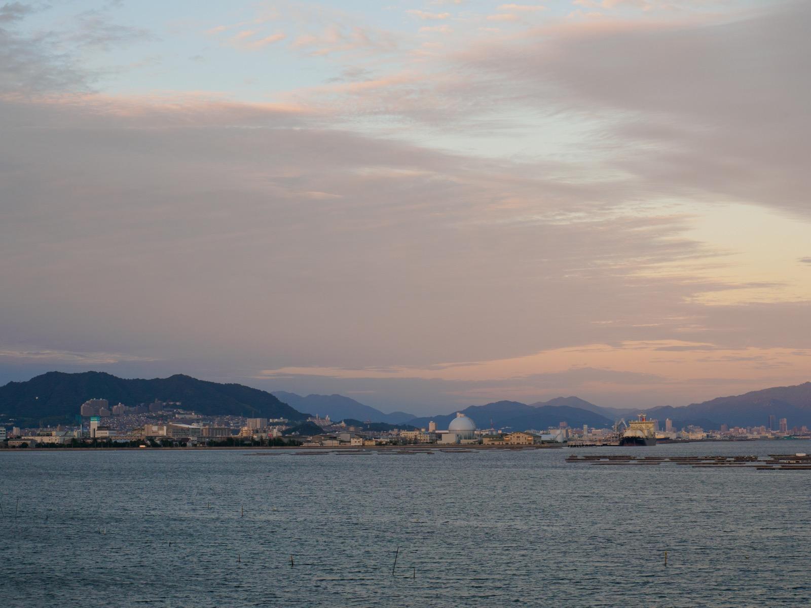 阿品東駅の跨線橋から見る広島湾