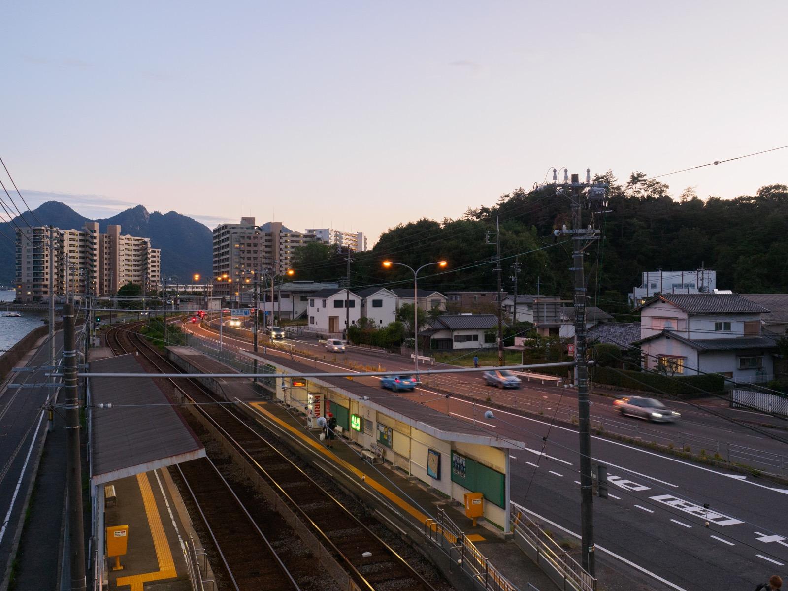 夕暮れの阿品東駅と国道2号線