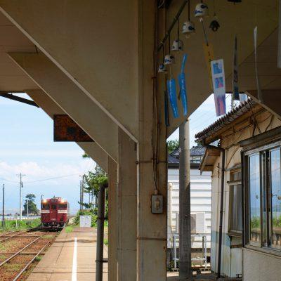 炎天下が体に堪えたので、帰りの列車は屋根の下で待ちました。