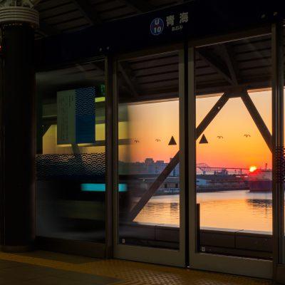 休日は早朝でも10分に一本、昼間にいたっては4分に一本、列車がやってきます。日本一せわしない海の見える駅です。