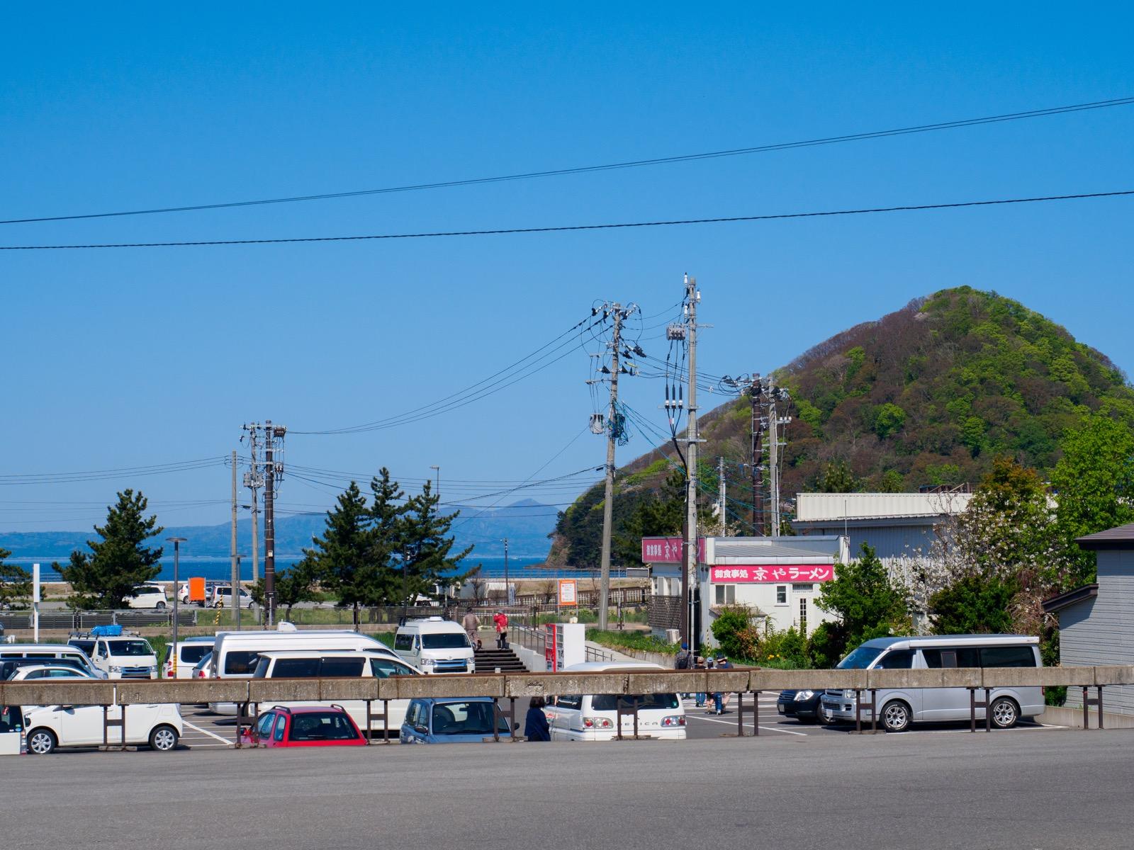 浅虫温泉駅から見た駅前と湯の島