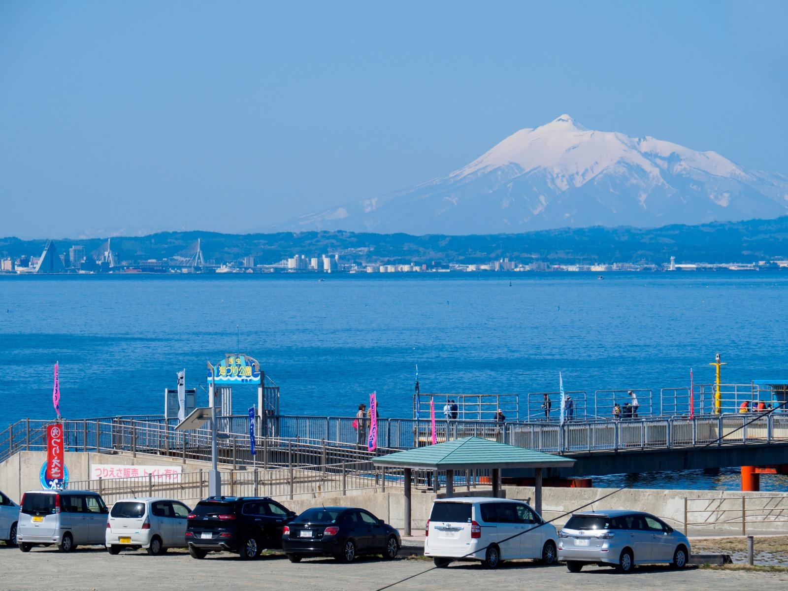 浅虫温泉駅前のゆうやけ橋から見る青森湾と津軽半島の青森市街、岩木山