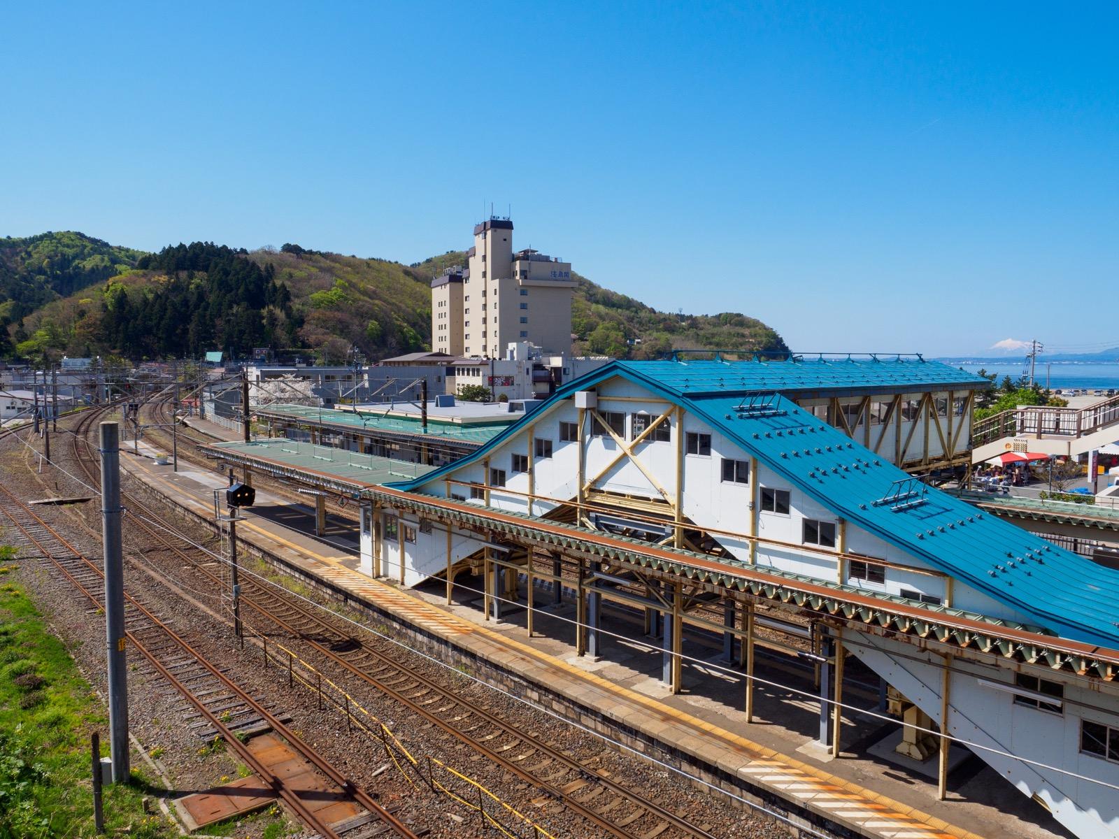 浅虫温泉駅と温泉街