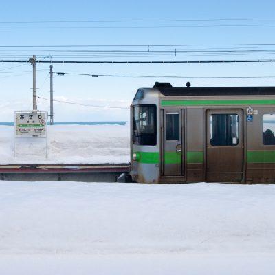 札幌と小樽の間にあるため、通勤電車が頻繁にやって来ます。