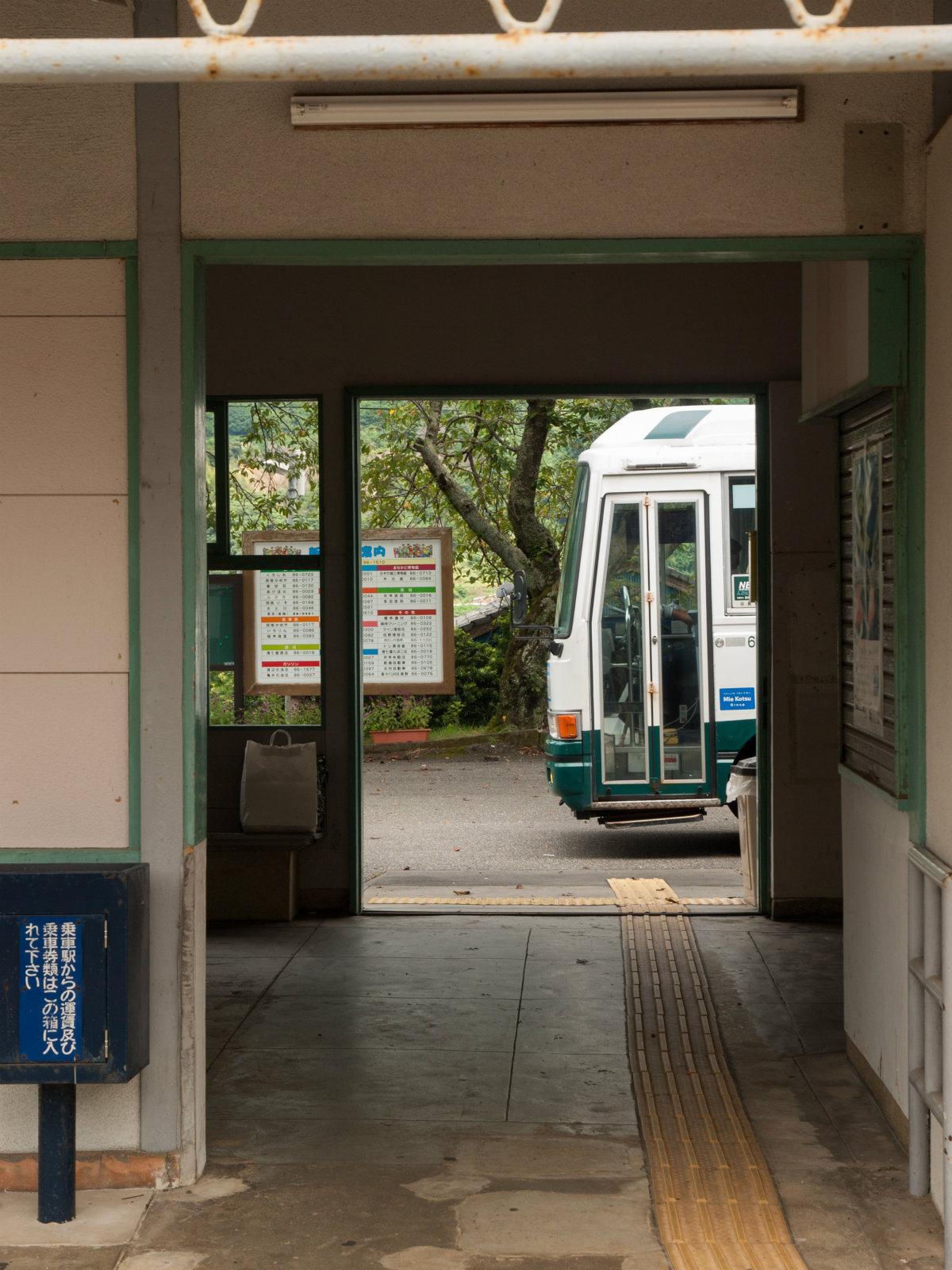 新鹿駅前に停まる熊野市自主運行バス
