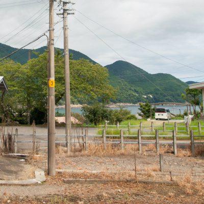 ホームを歩くと、東にきついカーブを描く新鹿湾と砂浜が見えました。