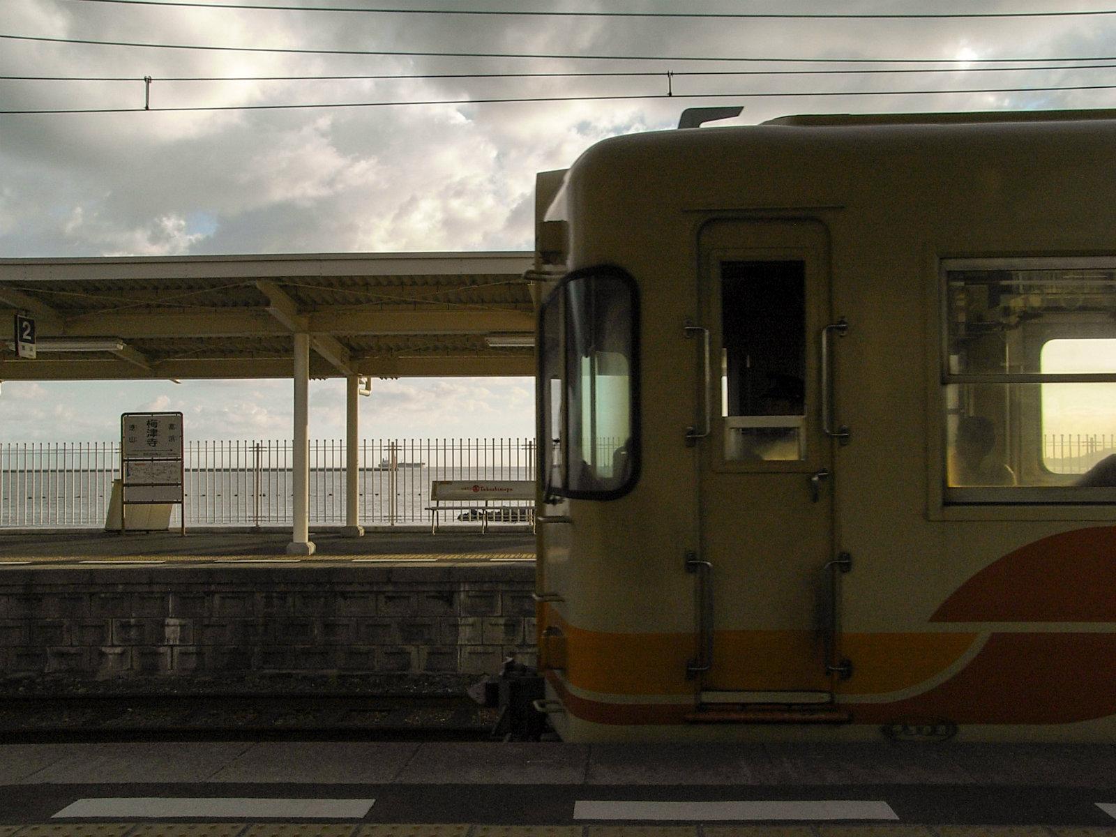 松山の市街地から近いこともあり、列車も頻繁にやってきます。