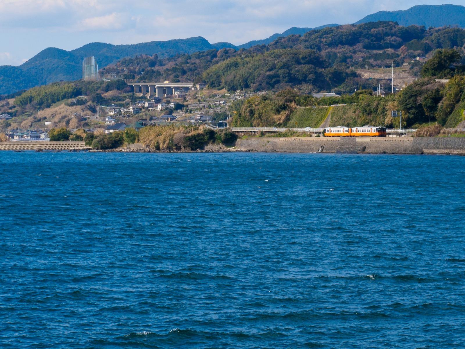 千綿駅から見た大村湾と列車