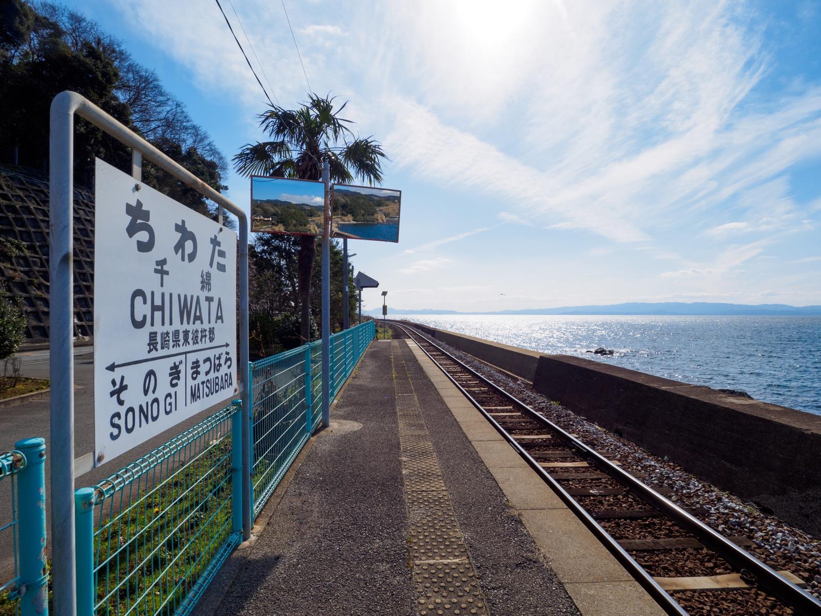 千綿駅のホームと大村湾