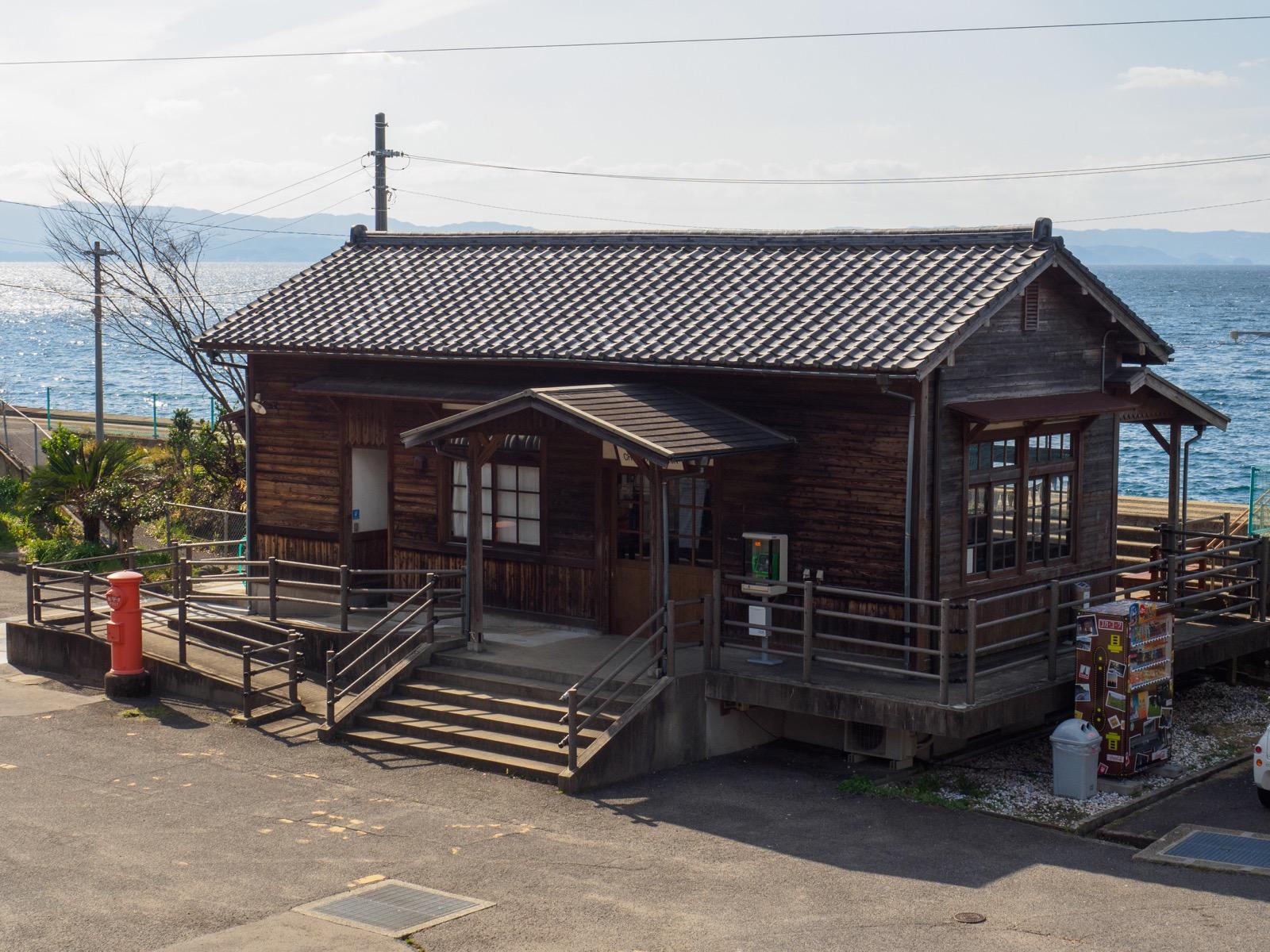 千綿駅の駅舎と大村湾