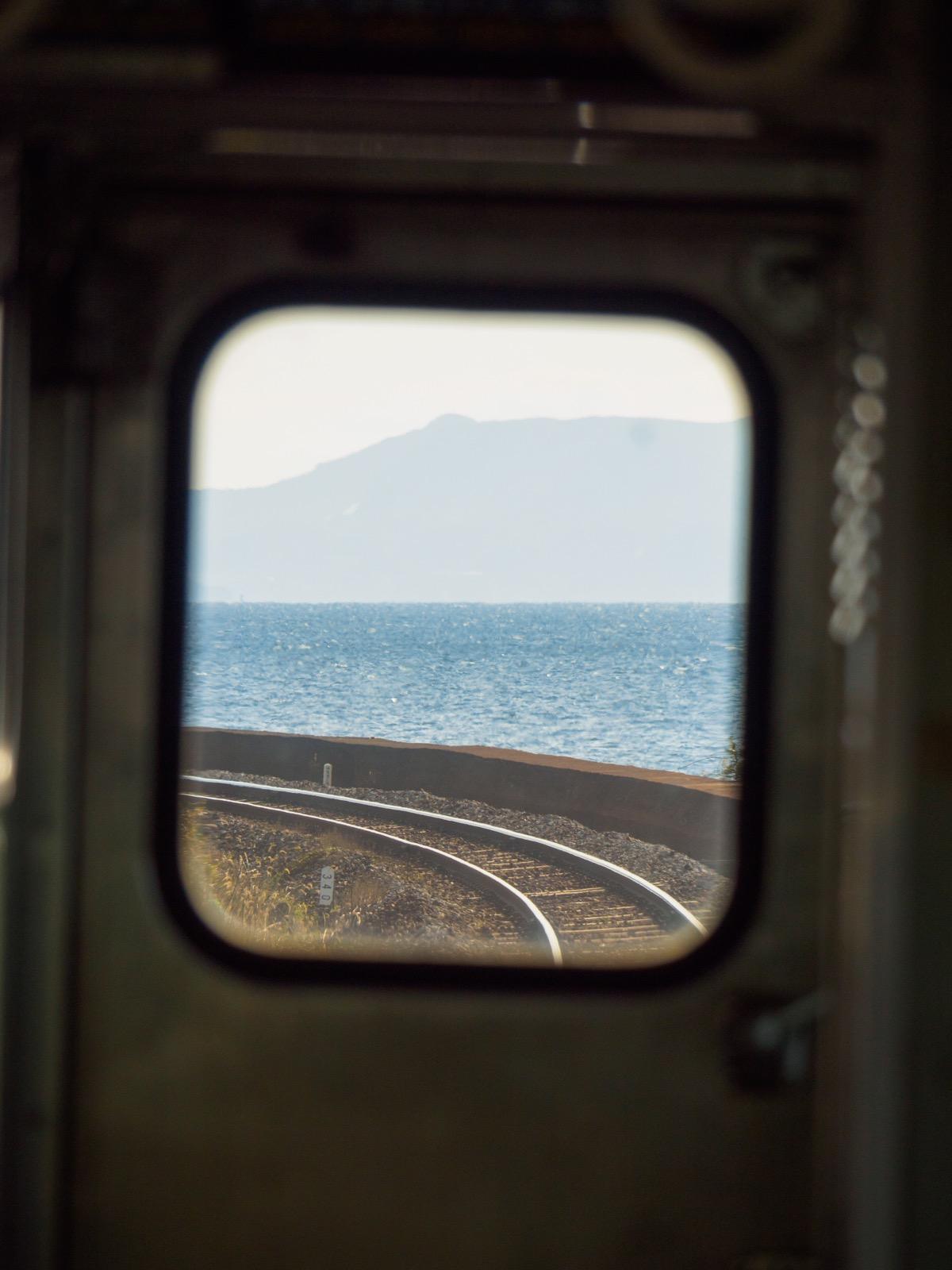 千綿駅に停車中の列車からの車窓