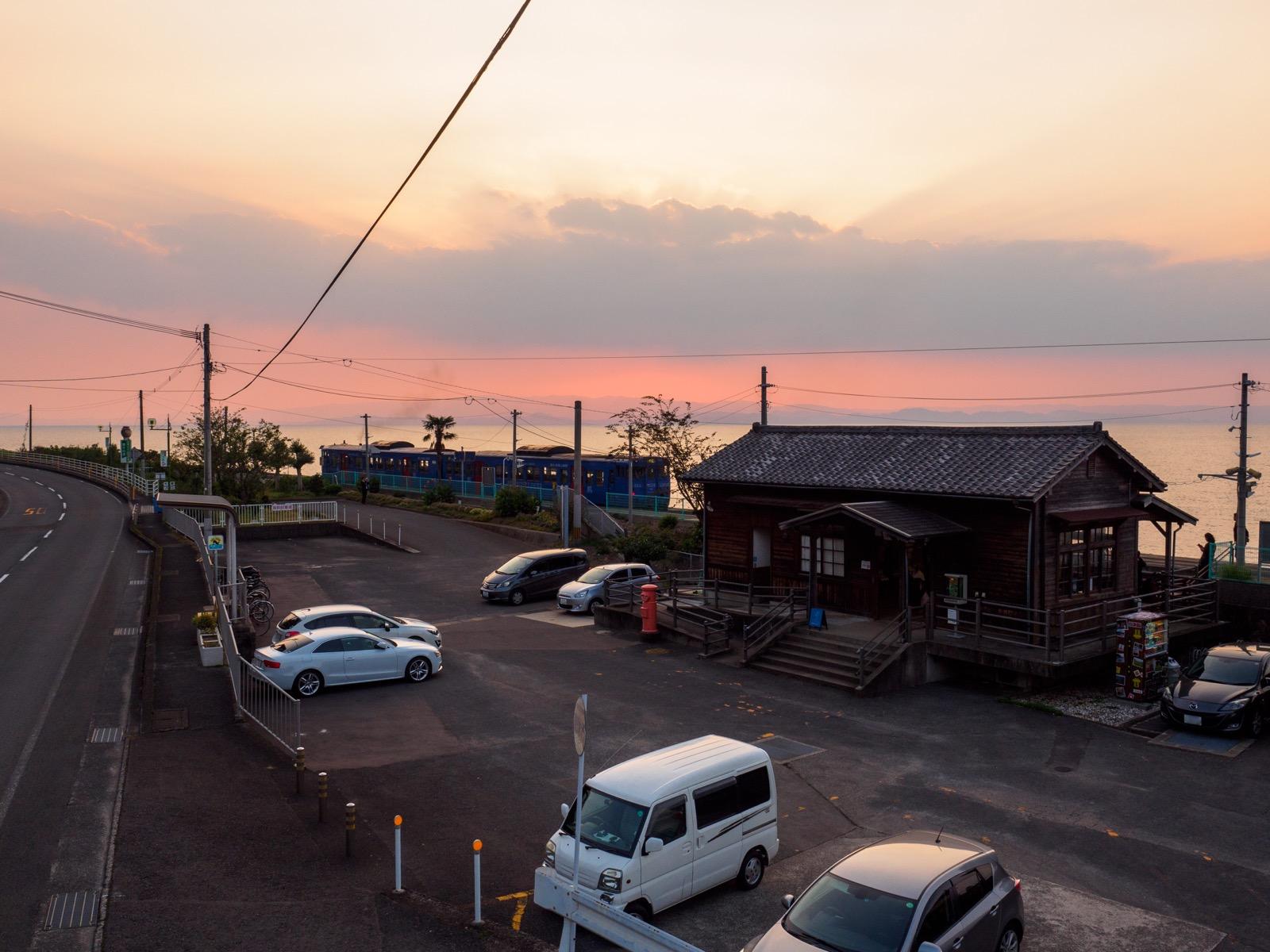 夕暮れ時の千綿駅と大村湾