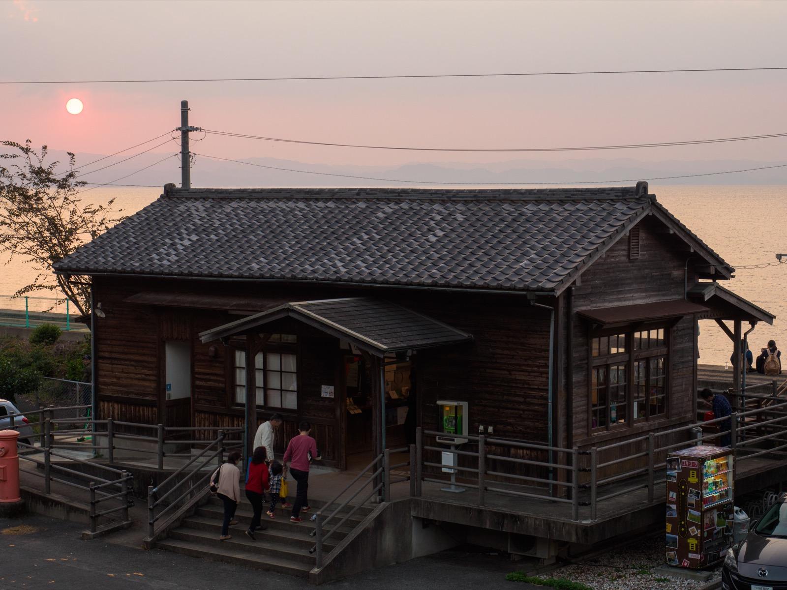 夕暮れ時の千綿駅