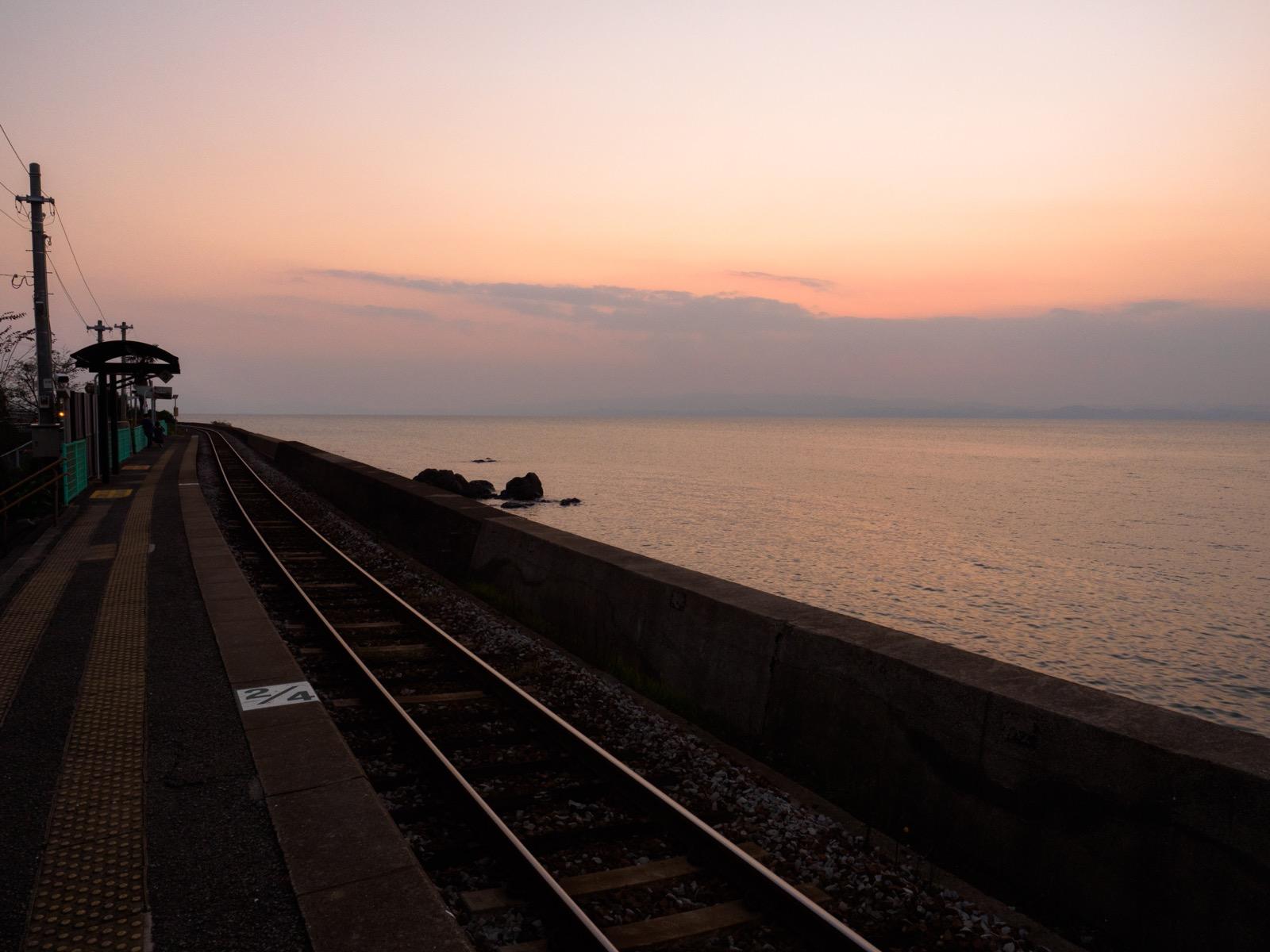 夕暮れ時の千綿駅のホームと大村湾