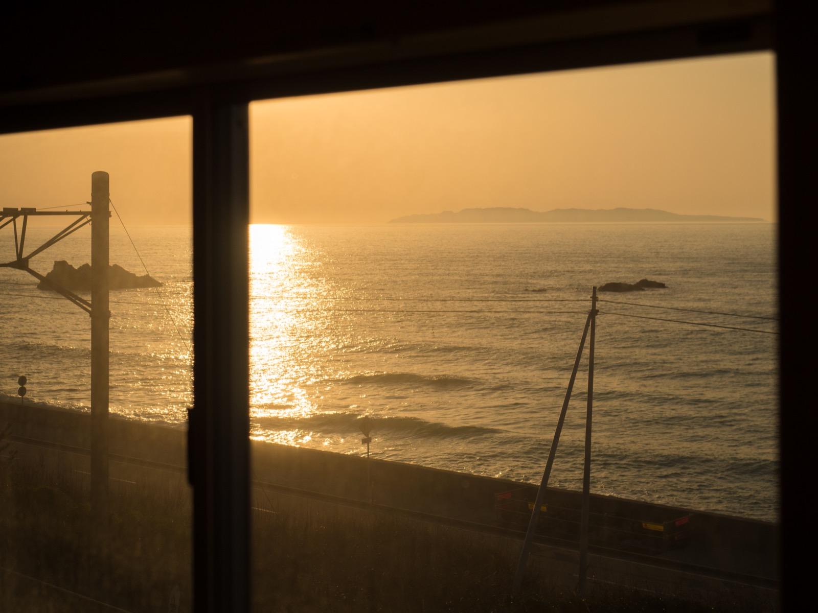 越後寒川駅の跨線橋から見た日本海と粟島