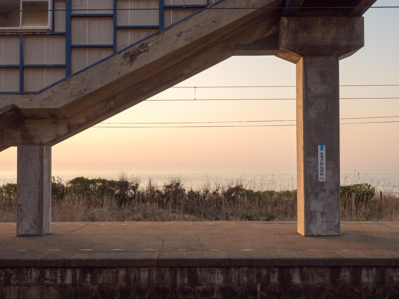 越後寒川駅のホームと日本海