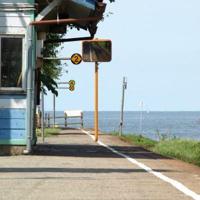 ホームを降りて気が付きましたが、待合室が空と海の色をしていました。