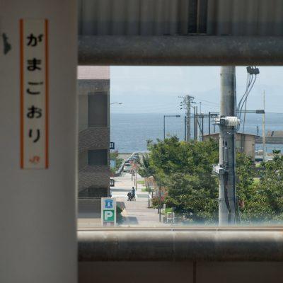 窓がまるで水平線を切り取っているかのような眺め。