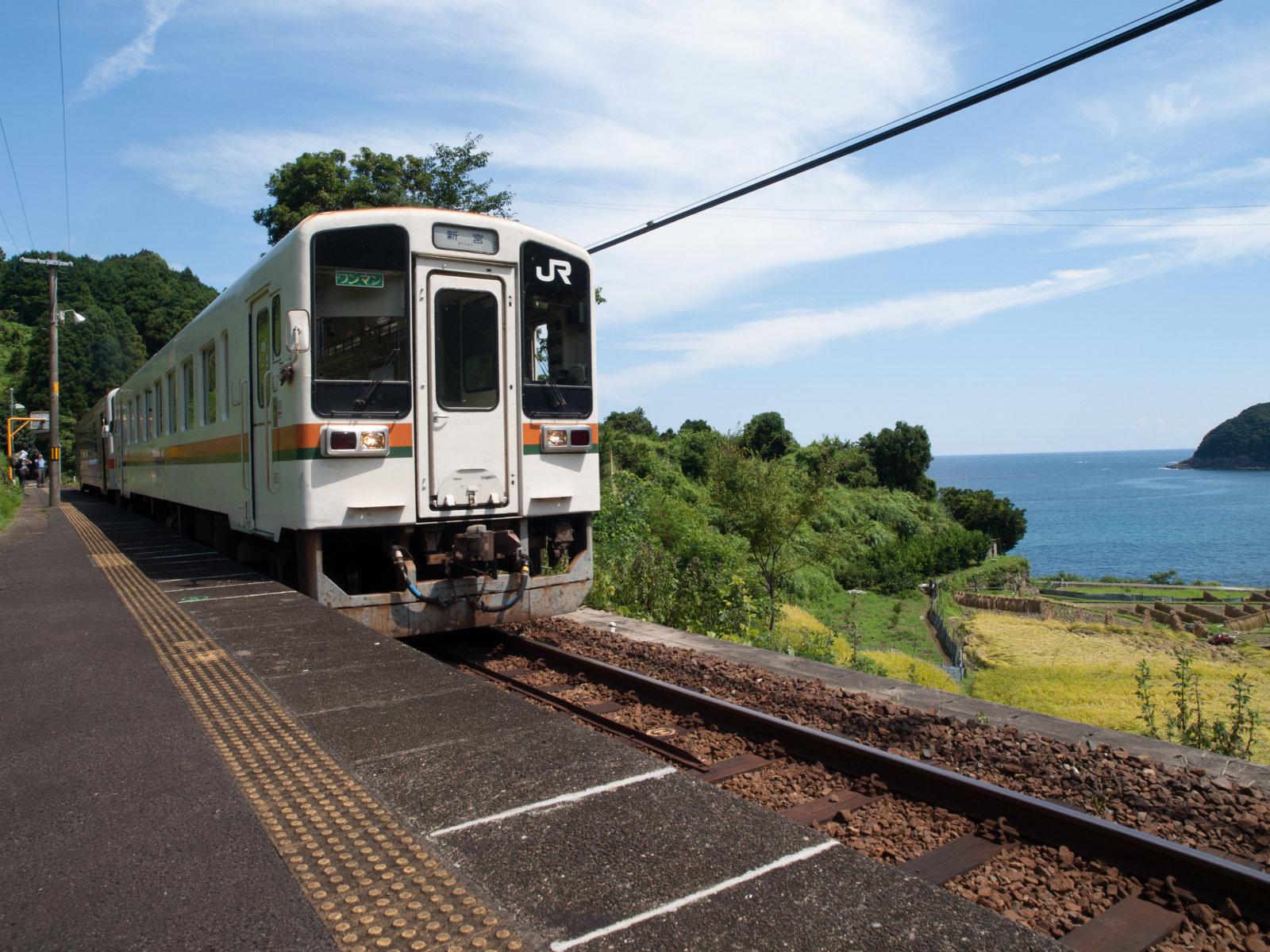 秋晴れの下、2時間に1本の列車がやってきました。