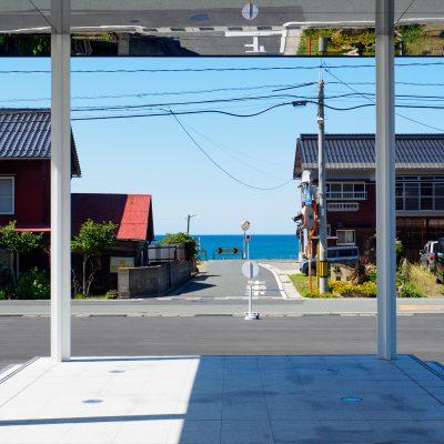海側のホームを降りたらすぐ、正面に日本海が見えます。