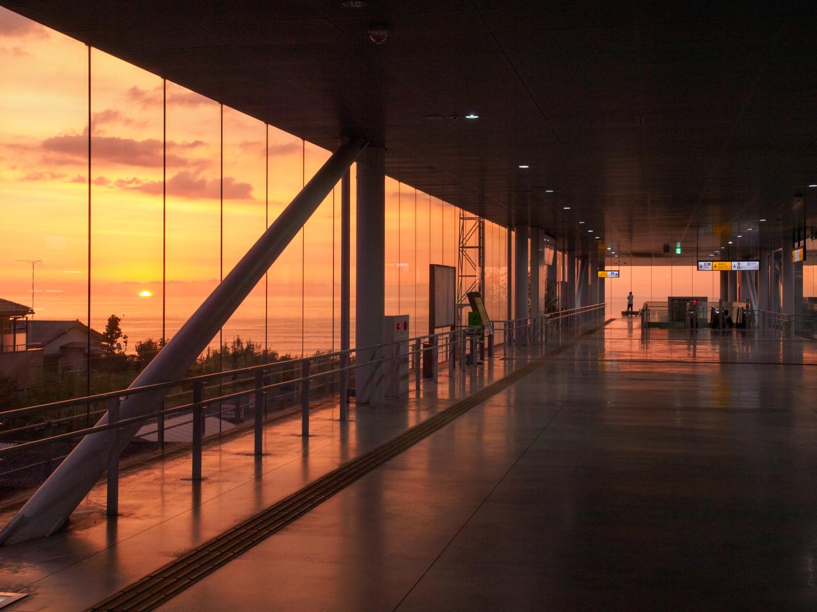 日立駅自由通路から見た日の出