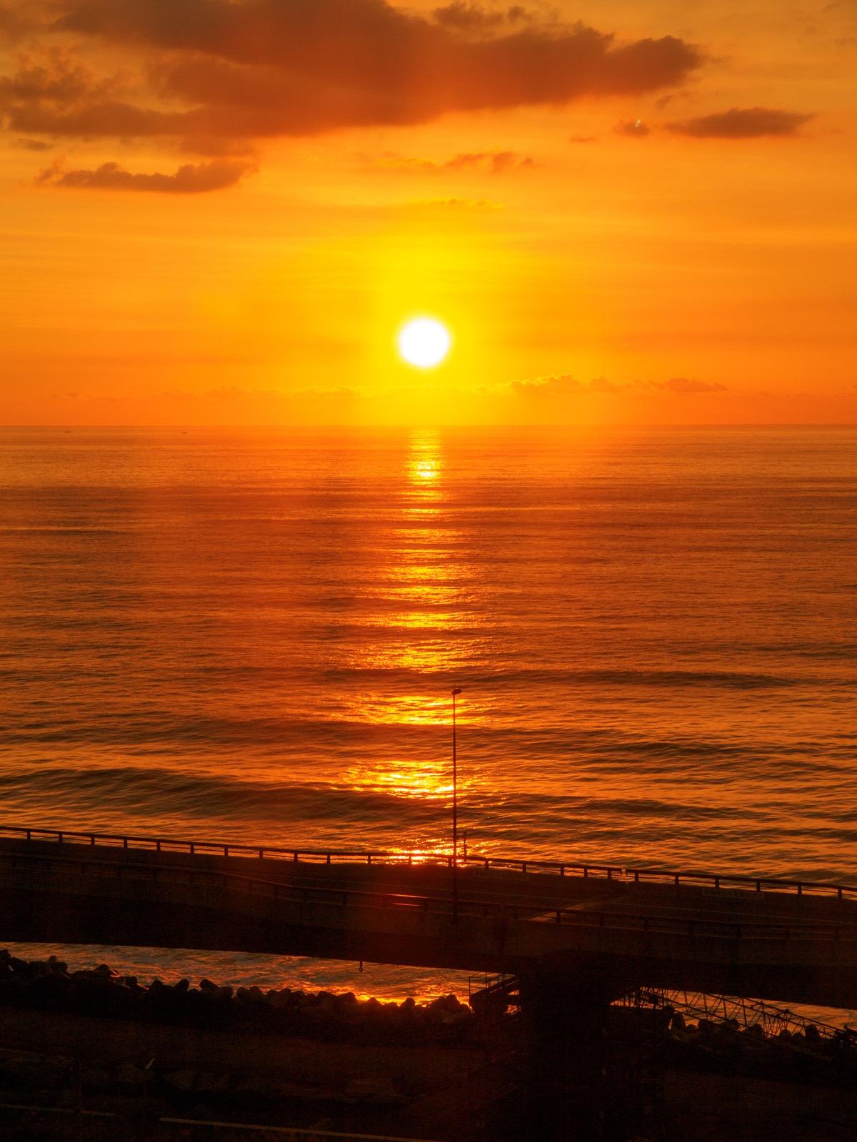 日立駅の展望イベントホールから見た、日の出と太平洋