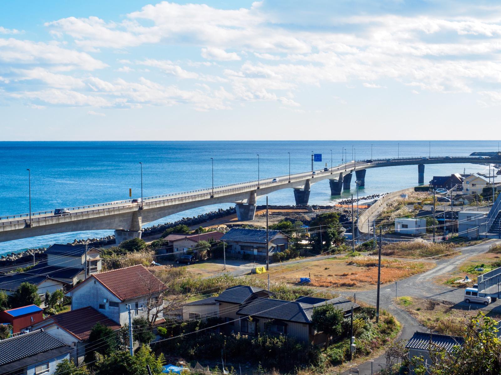 日立駅前から見た太平洋と国道6号線(日立バイパス)