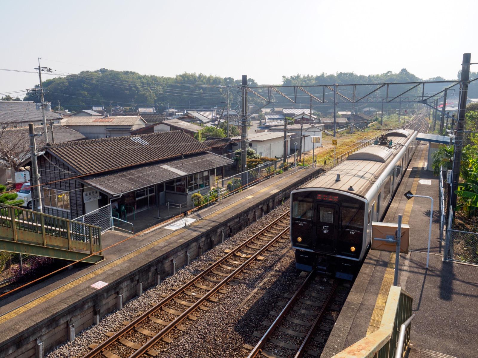 肥前七浦駅のホームと駅舎