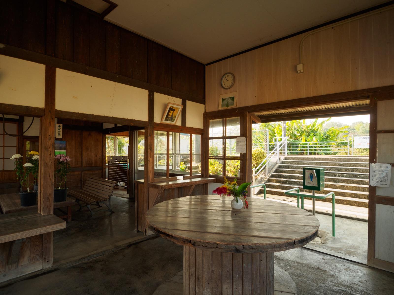 肥前七浦駅の駅舎内