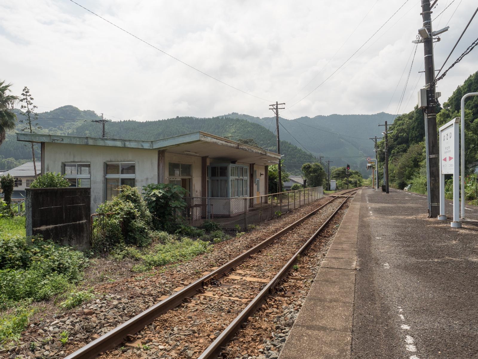 伊比井駅のホームと駅舎
