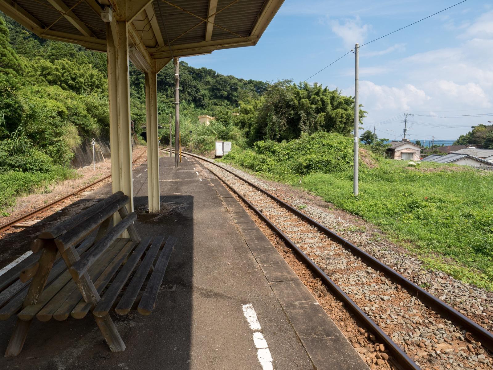 伊比井駅のホームと太平洋