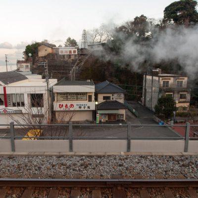 写真の右側、湯けむりに隠れるのは駅前の足湯です。