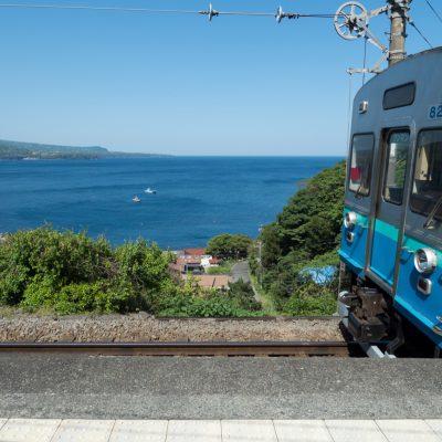 青色の普通列車がやってきました。見事に景色に馴染んでいます。(2016年5月)