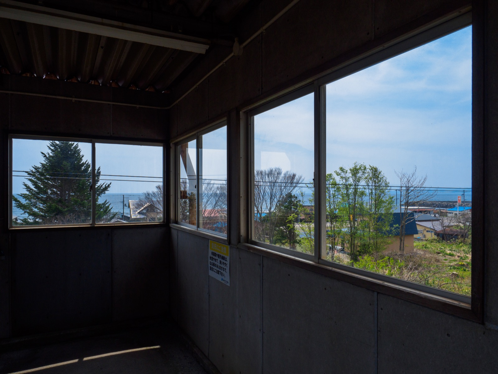 泉沢駅の跨線橋から見た津軽海峡