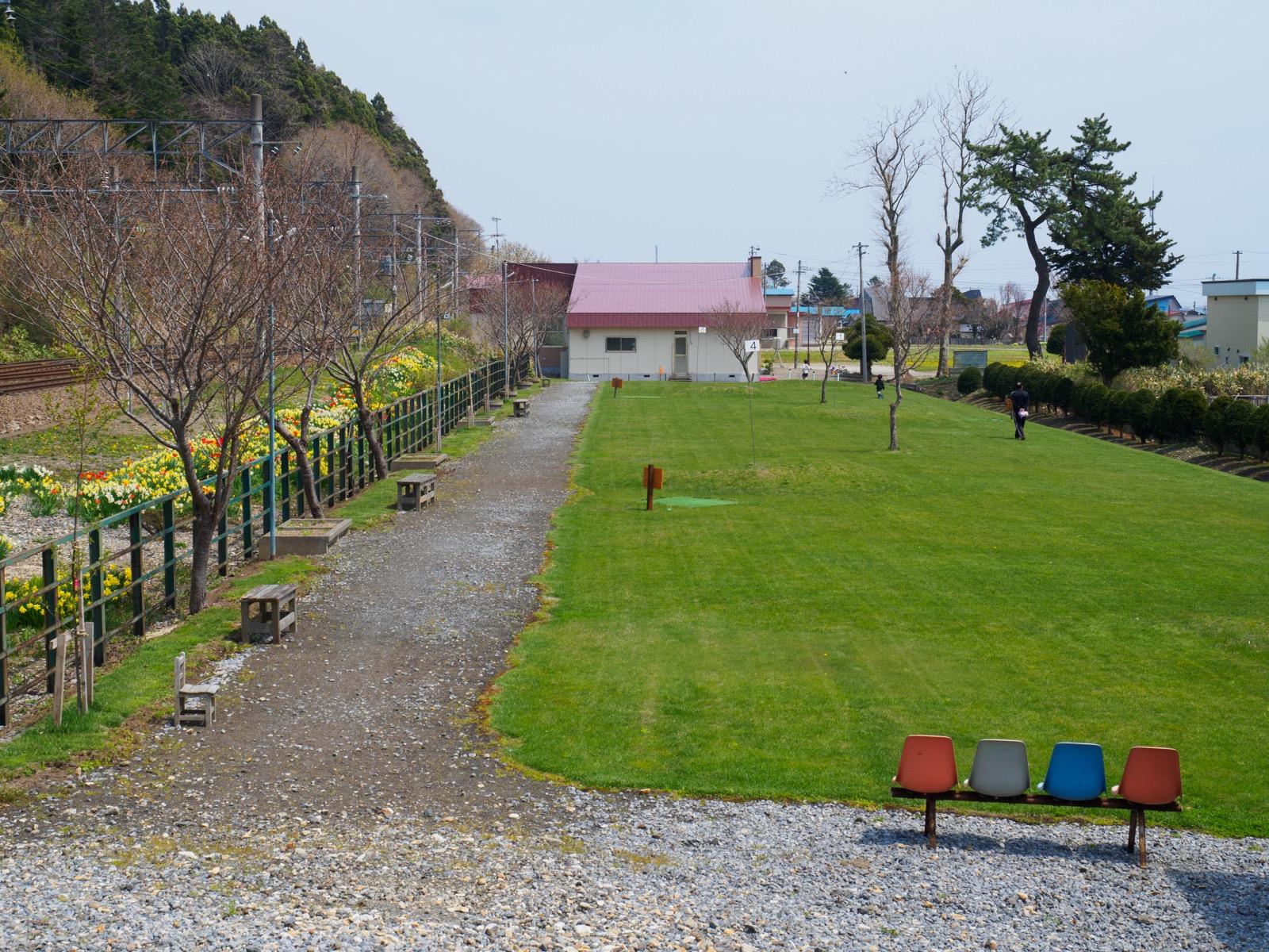 泉沢駅そばの芝生のスペース