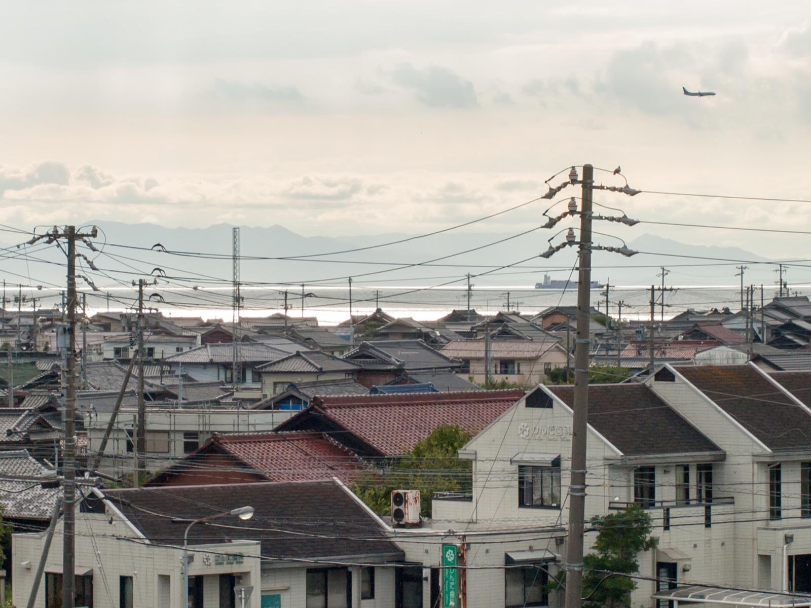 上野間駅から見た伊勢湾と飛行機
