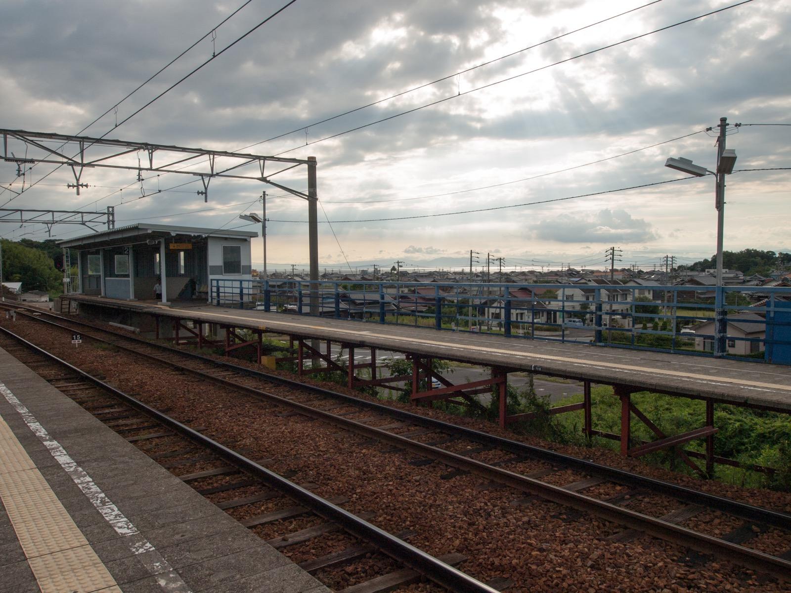 上野間駅のホームと伊勢湾