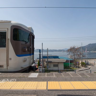 広島方面に向かう列車がやって来ました。列車のすれ違いのためにしばし停まります。