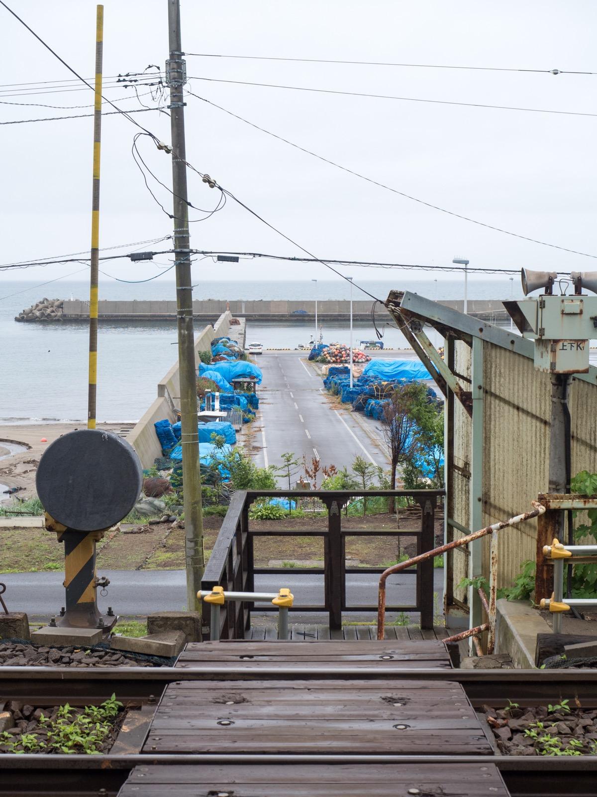 桂川駅から見た港