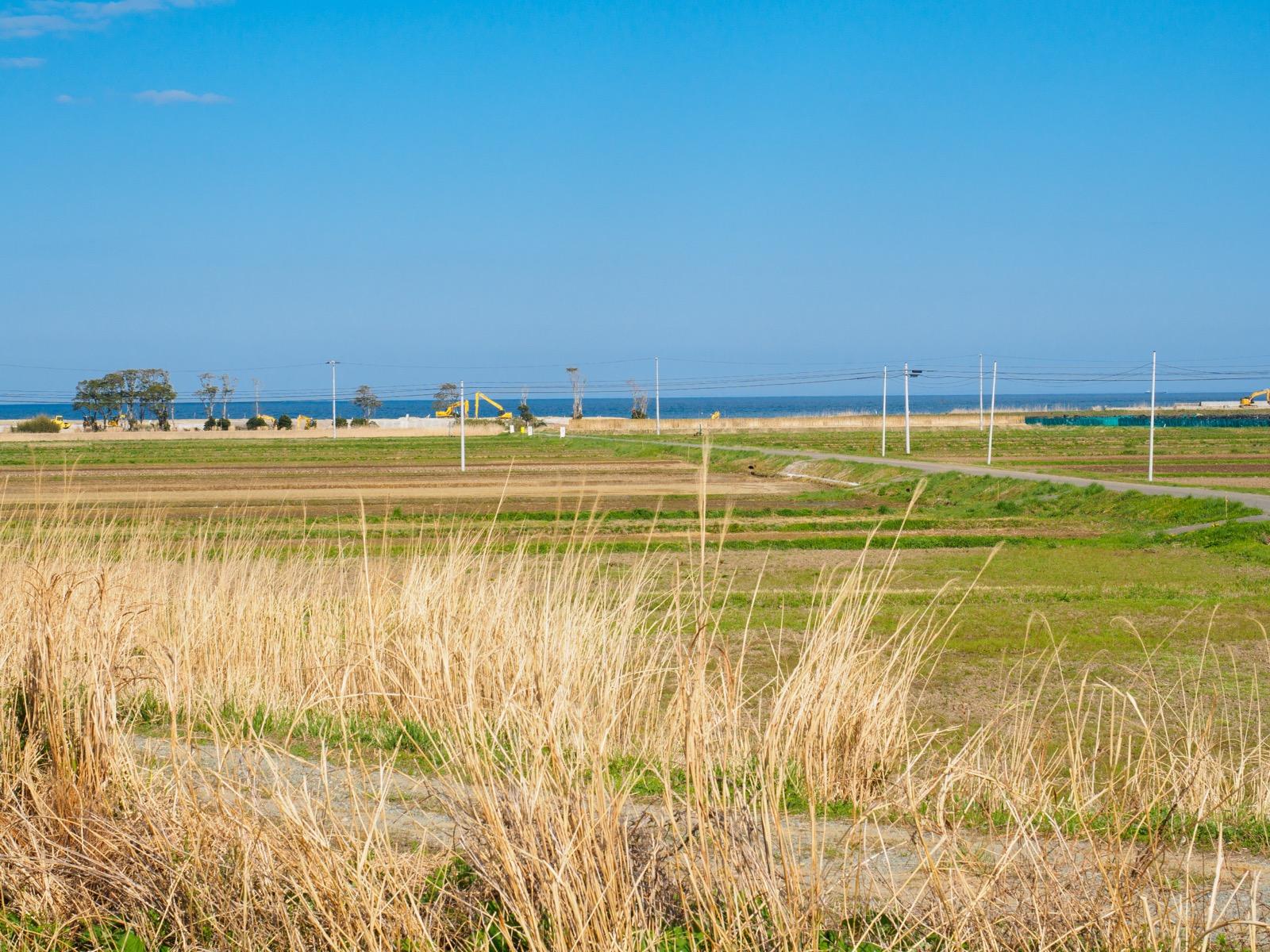 木戸駅から見える太平洋と廃棄物処分場(2017年4月)