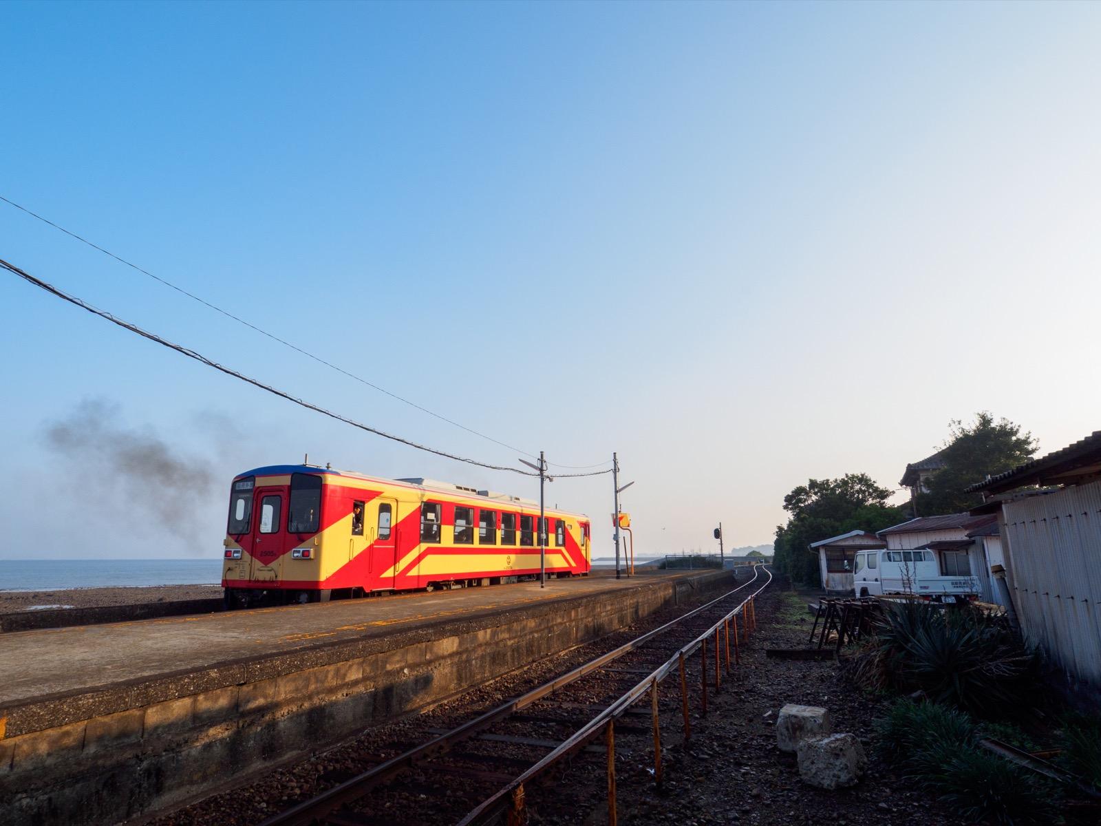 古部駅を出発する「赤パンツ」塗装の車両