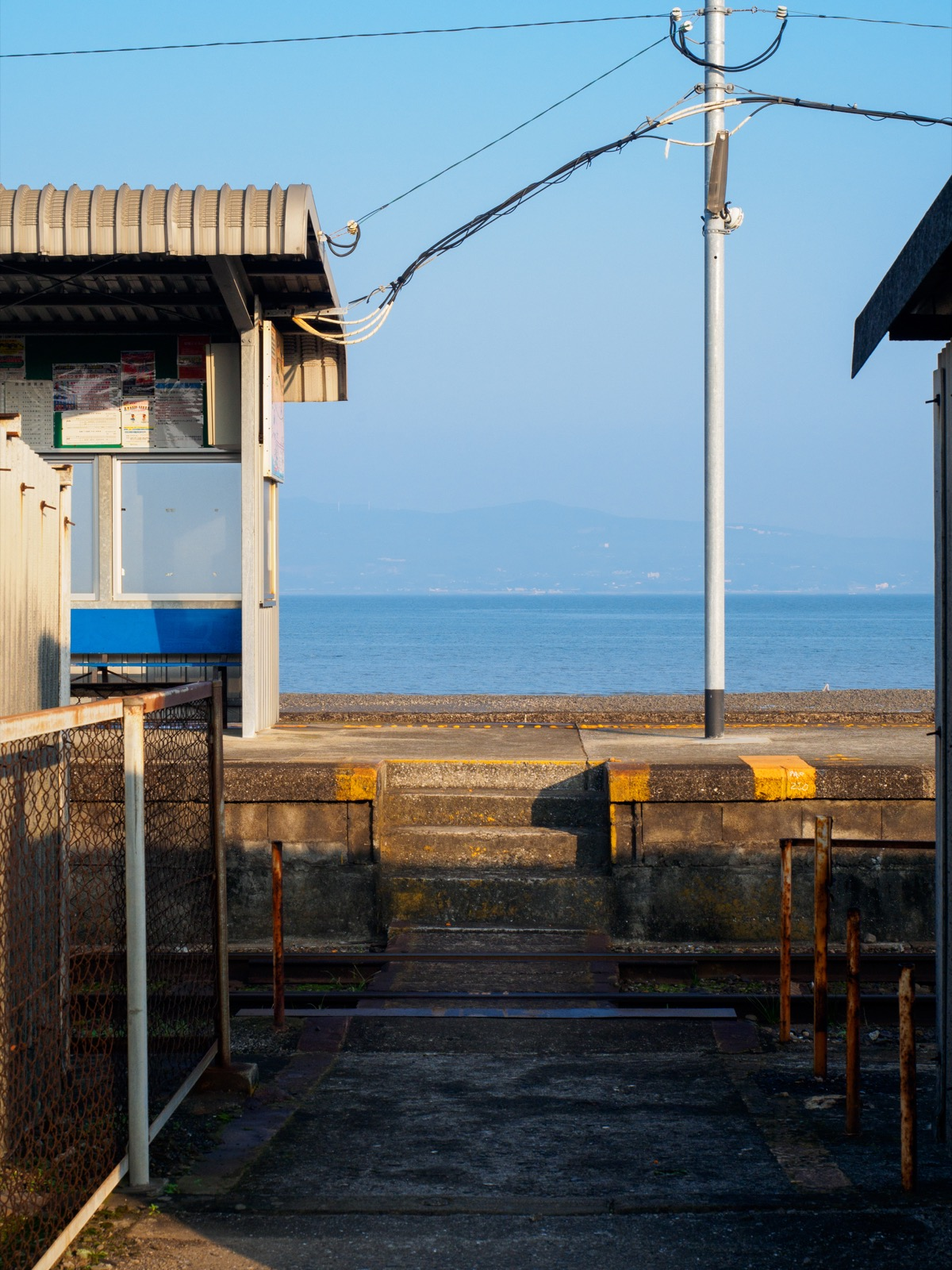 古部駅の入口から見た諫早湾