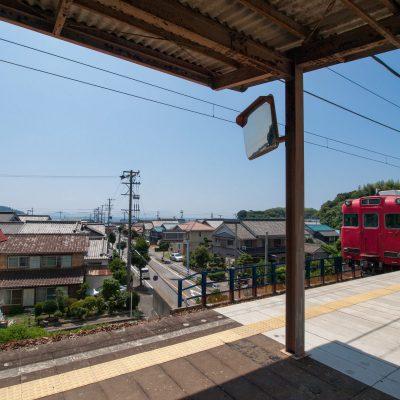 遠くで踏切の音が聞こえると間もなく、帰りの列車がやって来ました。