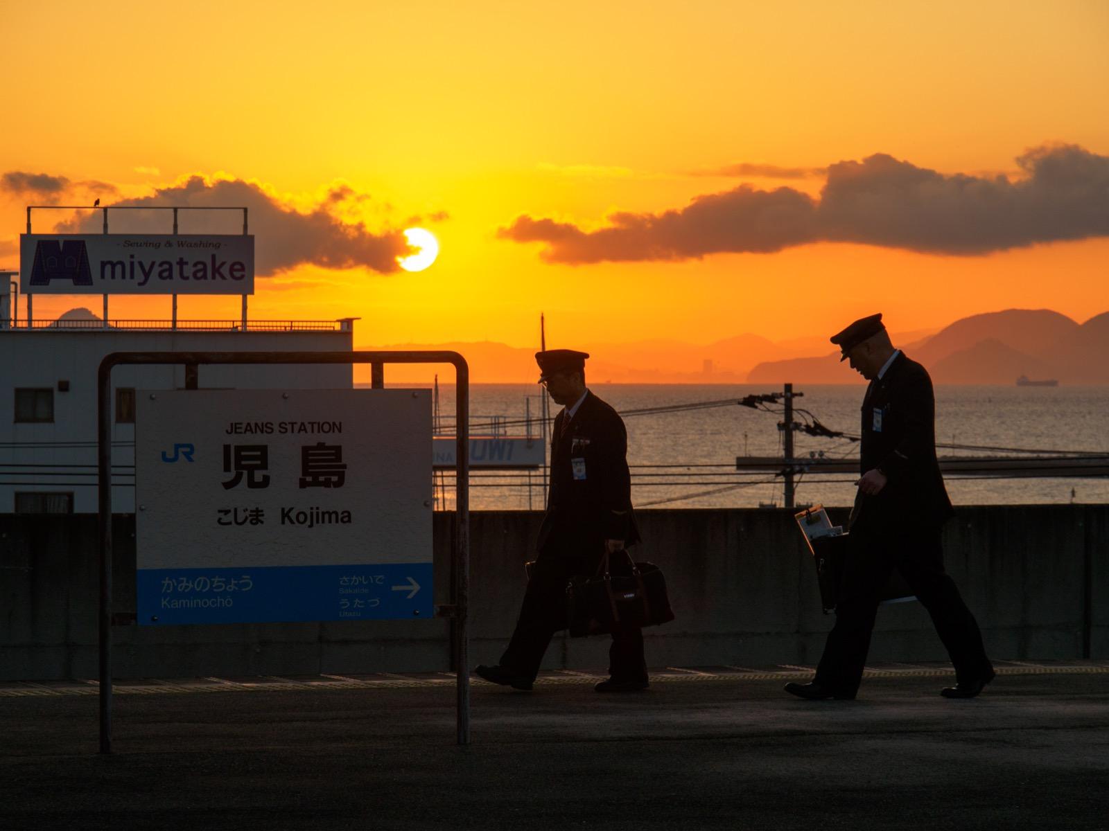 早朝の児島駅のホームと瀬戸内海