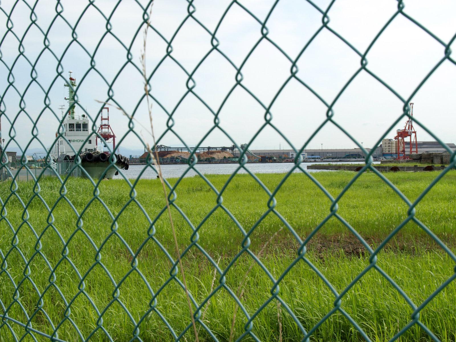 越ノ潟駅前から見た富山新港