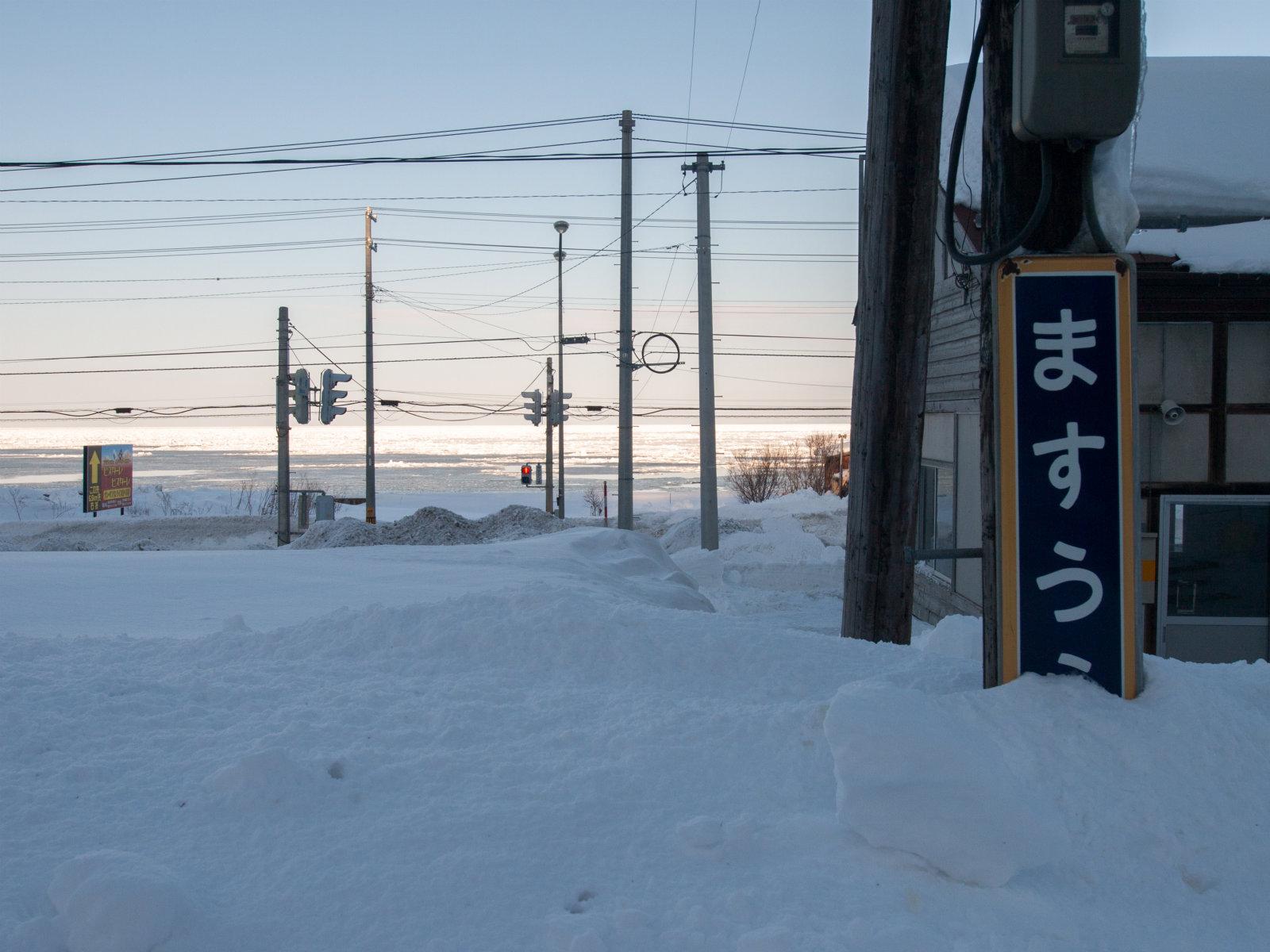 積雪のインパクトも去ることながら、流氷が日光を反射して輝いているさまには言葉を奪われます。