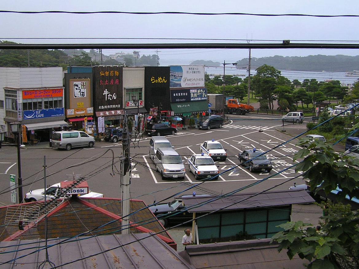 列車が行った後のホームからの眺め。電線がちょっと邪魔です。(2005年8月)