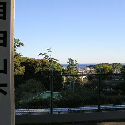 ホームからの眺め。距離こそありますが、相模湾が見えます。